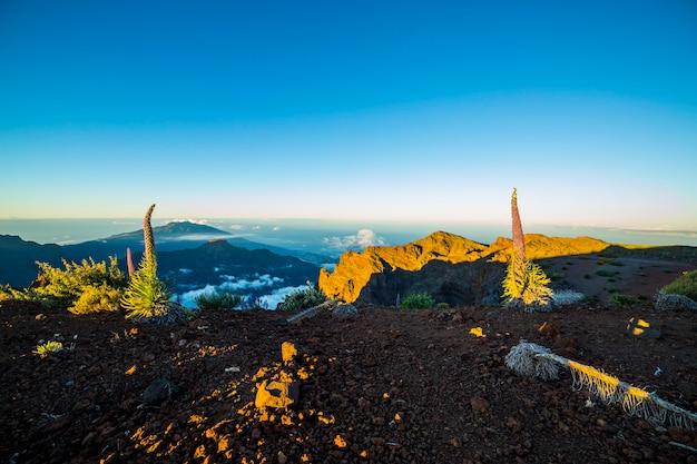Wschód słońca w roque de los muchachos na wyspie la palma, wyspy kanaryjskie, hiszpania
