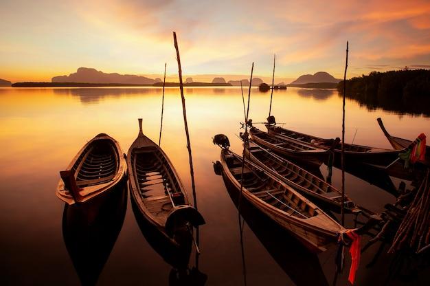 Wschód słońca w sam chong tai, phuket, tajlandia