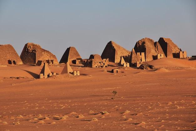 Wschód słońca w starożytnych piramidach meroe na saharze w sudanie