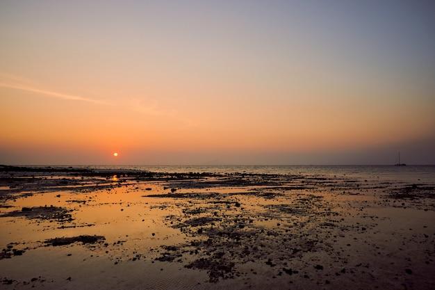 Wschód słońca w thale waek z krabi