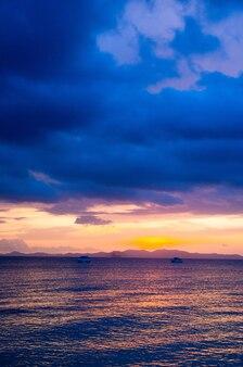 Wschód słońca w tropikalnym morzu