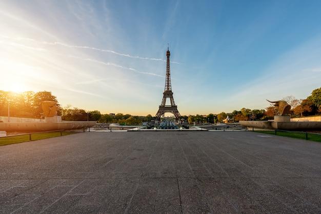 Wschód słońca w wieży eifla w paryż, francja. wieża eiffla jest słynnym miejscem w paryżu, we francji.