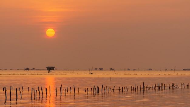 Wschód słońca w zatoce phetchaburi, krajobraz