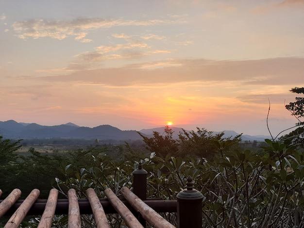 Wschód słońca z widokiem na góry