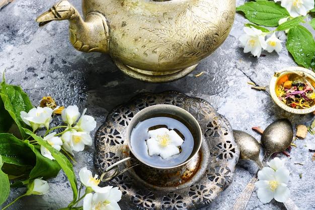 Wschodnie jaśminowe kwiaty herbaty