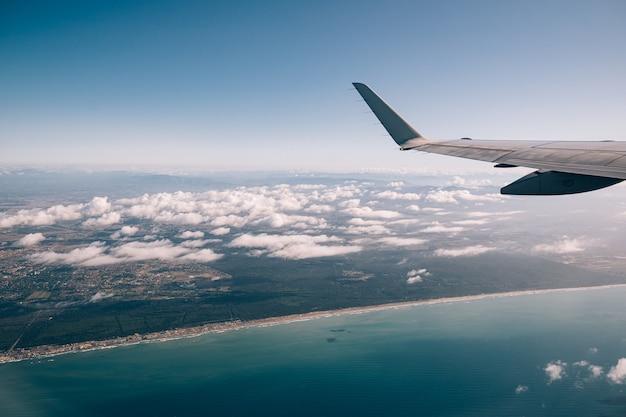Wschodnie wybrzeże włoch i widok na morze z okna samolotu