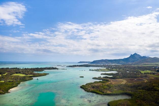 Wschodnie wybrzeże wyspy mauritius. piękna laguna wyspy mauritius nakręcona z góry.