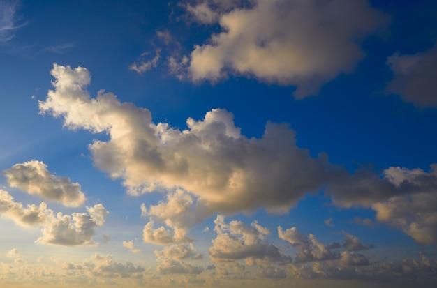 Wschodu słońca niebieskiego nieba piękne chmury