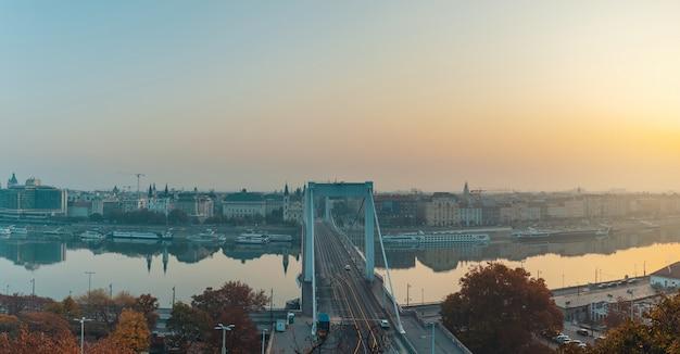 Wschodu słońca panoramiczny widok budapest miasto i danube rzeka z elizabeth mostem w centrum, jesień sezonu wizerunek