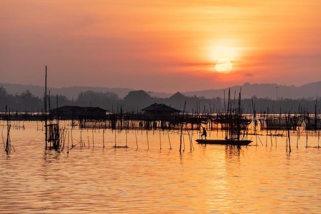 Wschodu słońca widok od jeziora z pięknym mrocznym niebem