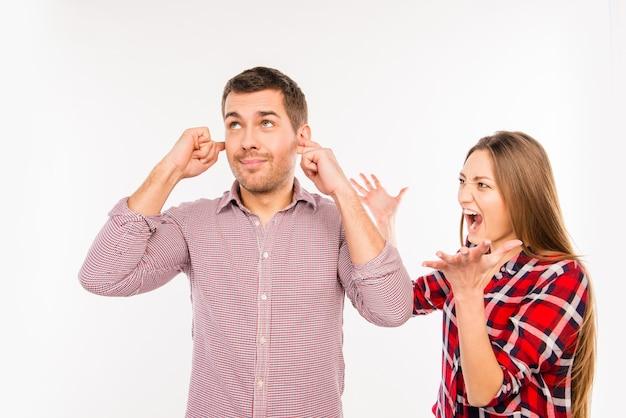 Wściekła dziewczyna krzyczy na swojego chłopaka