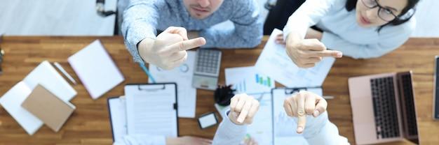 Wściekli biznesmeni patrzą w górę i pokazują fakty zarządzanie emocjami, jak zarządzać swoimi emocjami