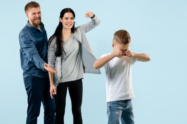 Wściekli rodzice besztają syna w domu