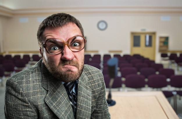 Wściekły mówca w okularach na sali