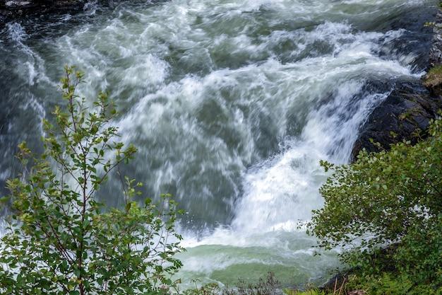 Wściekły potok uciekający z loch morar