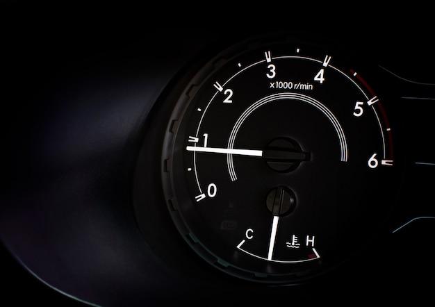 Wskaźnik prędkości obrotowej, prędkość biegu jałowego przy 800 obr./min i wskaźnik temperatury chłodnicy.