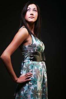 Wspaniała azjatycka kobieta ubrana w piękną sukienkę mody