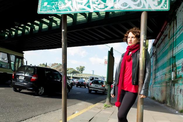 Wspaniała brunetka kobieta na ulicy z graffiti na ścianie.