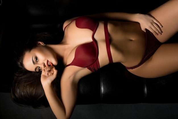 Wspaniała brunetka w bordowej bieliźnie wysoki kąt widzenia