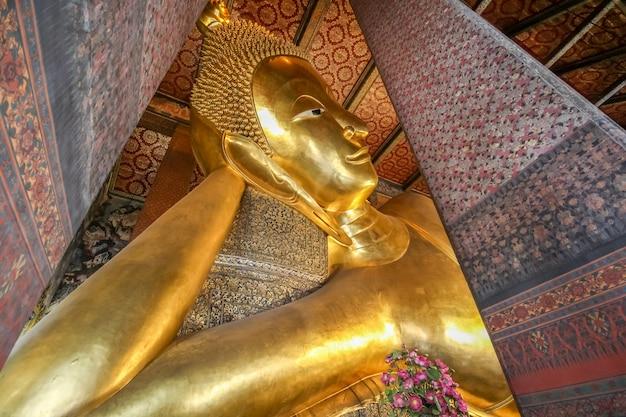 Wspaniała duża buddha statua przy watem pho, bangkok, tajlandia (świątynia)