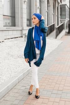 Wspaniała dziewczyna z hidżabem pozuje na zewnątrz