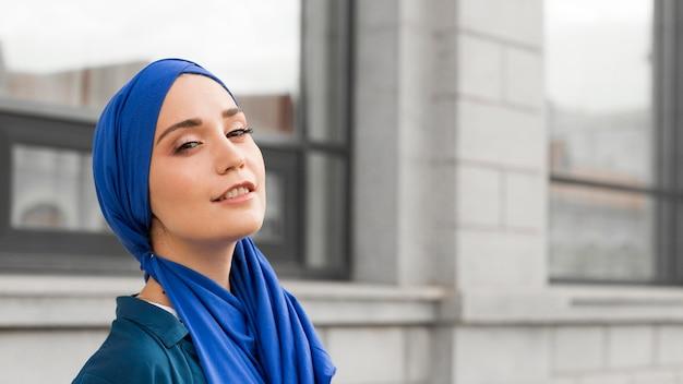 Wspaniała dziewczyna z hidżabem, uśmiechając się z miejsca na kopię
