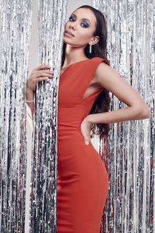 Wspaniała elegancka latynoska brunetki kobieta w luksusowej czerwonej sukni