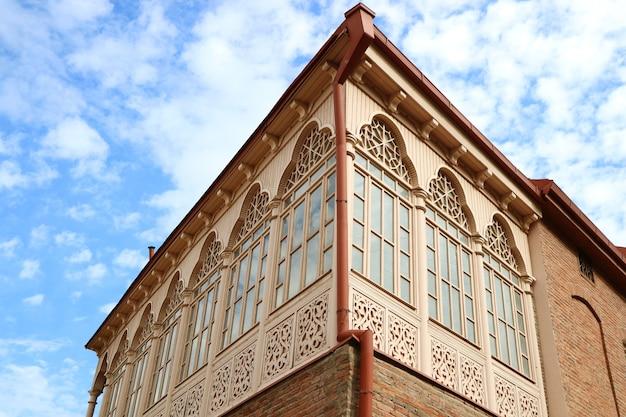 Wspaniała fasada tradycyjnego gruzińskiego budynku w tbilisi, gruzja