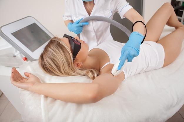 Wspaniała kobieta coraz laserowe usuwanie włosów