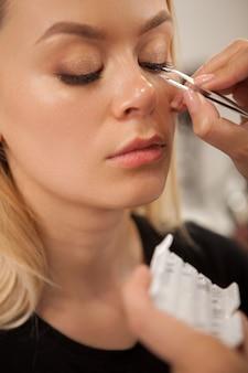 Wspaniała kobieta coraz profesjonalny makijaż