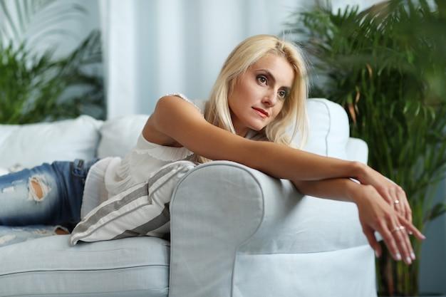 Wspaniała kobieta na kanapie w domu