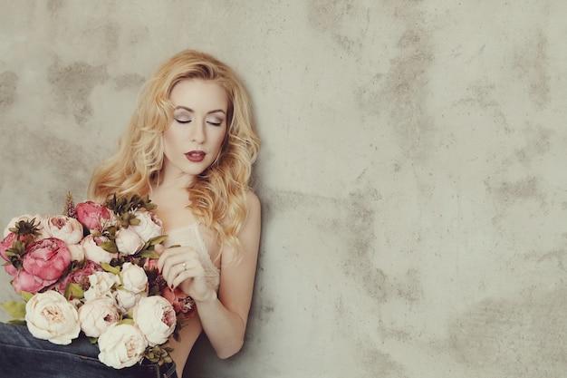 Wspaniała kobieta trzyma bukiet róż