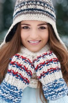 Wspaniała kobieta ubrana w zimowe ubrania