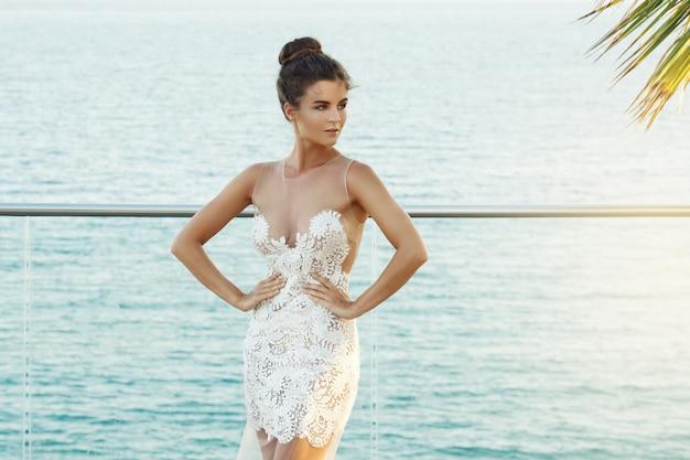 Wspaniała kobieta w pięknej białej sukni