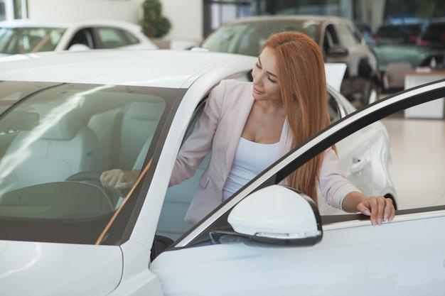 Wspaniała kobieta wybiera nowego samochód przy przedstawicielstwem handlowym