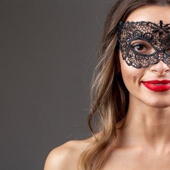 Wspaniała kobieta z karnawałową maską