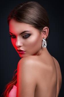 Wspaniała kobieta z luksusowymi kolczykami