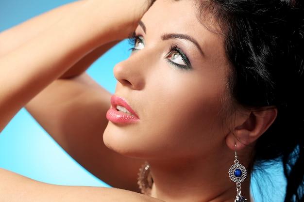Wspaniała kobieta z piękną twarzą i makijażem