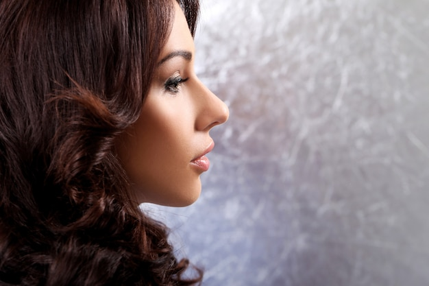Wspaniała kobieta z piękną twarzą