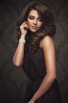 Wspaniała kobieta z pięknym makijażem i fryzurą