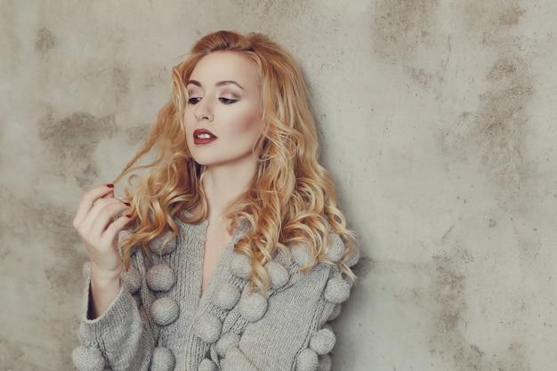 Wspaniała kobieta z szarym swetrem