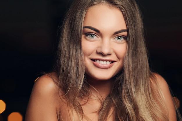 Wspaniała kobieta z uśmiechem