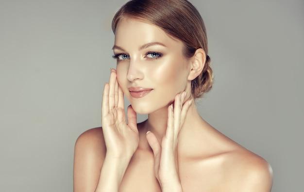 Wspaniała Młoda Kobieta O Czystej, świeżej Skórze, Ubrana W Delikatny Makijaż Premium Zdjęcia