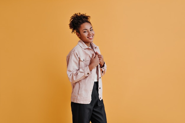 Wspaniała młoda kobieta w spodniach, uśmiechając się z przodu