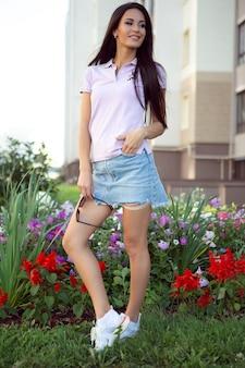 Wspaniała młoda kobieta w stylowej dżinsowej spódnicy