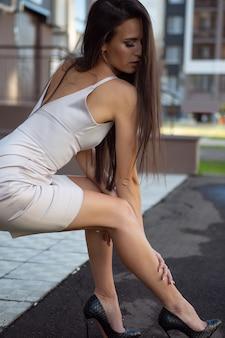 Wspaniała młoda kobieta w stylowej sukience