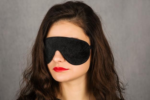 Wspaniała młoda kobieta z czarną maską snu - obraz