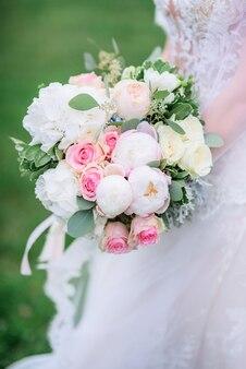 Wspaniała Narzeczona Posiada Bogaty Bukiet ślubny Różowe I Białe Piwonie I Róż Premium Zdjęcia