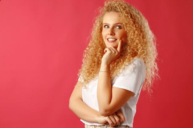 Wspaniała piękna młoda kobieta z kręconymi włosami, pozowanie na kamery