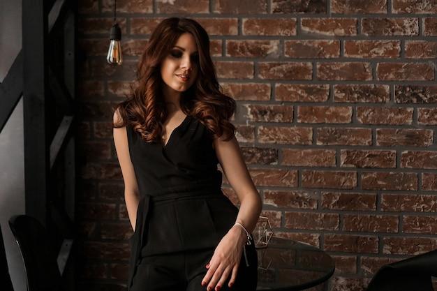 Wspaniała piękna seksowna kobieta z pięknymi długimi włosami